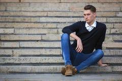 Hippie-Kerl, der hinunter die Straße, städtische Art geht Stockfotografie