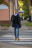 Hippie-Kerl, der hinunter die Straße, städtische Art geht Stockfotos