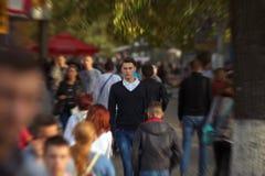 Hippie-Kerl, der hinunter die Straße, städtische Art geht Lizenzfreie Stockfotos