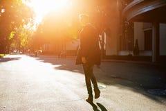 Hippie-Kerl, der hinunter die Straße, städtische Art geht Lizenzfreie Stockfotografie