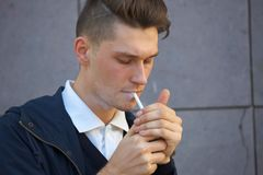 Hippie-Kerl, der hinunter die Straße, städtische Art geht Lizenzfreies Stockfoto