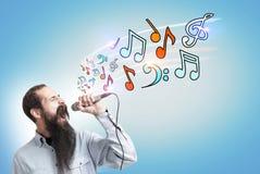 Hippie-Kerl mit einem Mikrofon, Anmerkungen Lizenzfreie Stockfotografie