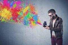 Hippie-Kerl mit Kamera- und Farbenspritzen Lizenzfreie Stockfotos