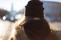 Hippie-Mädchen, das auf Stadtstraße geht Lizenzfreies Stockfoto