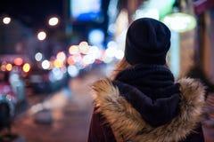Hippie-Mädchen, das auf Stadtstraße nachts geht Lizenzfreies Stockfoto