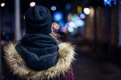 Hippie-Mädchen, das auf Stadtstraße nachts geht Lizenzfreie Stockfotografie