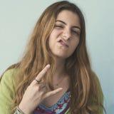 Hippie-Mädchen, das eine Felsengeste tut lizenzfreie stockbilder