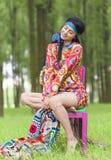 Hippie-Mädchen, das in einem Wald träumt Stockfoto