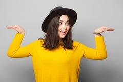 Hippie-Mädchen, das Spaß aufwirft und hat Lizenzfreie Stockfotografie