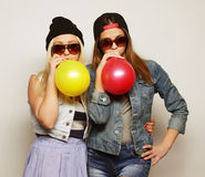 Hippie-Mädchen, die farbige Ballone lächeln und halten Lizenzfreies Stockfoto