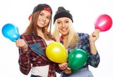 Hippie-Mädchen, die farbige Ballone lächeln und halten Lizenzfreie Stockbilder