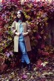 Hippie-Mädchen in einem Mantel Stockbilder