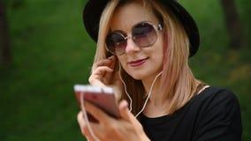 Hippie-Mädchen hört Musik stock footage