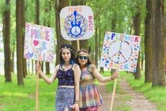 Hippie-Mädchen mit Friedens-und Liebes-Brettern Stockfoto