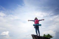 Hippie-Mädchenreisender zeigt unabhängige Geste und genießt stockfotografie