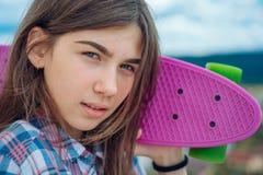Hippie-M?dchen mit Pennybrett St?dtische Szene, Stadtleben Skateboardsporthobby Sommert?tigkeit Plastikminikreuzer stockbild