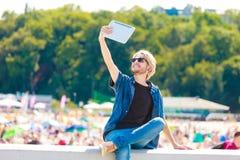 Hippie-Mann äußeres nehmendes selfie mit Tablette Stockfotografie