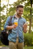 Hippie-Mann, der in den Park geht Lizenzfreie Stockfotografie