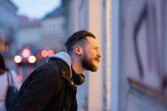 Hippie-Mann, der ein Schaufenster überprüft Stockbilder
