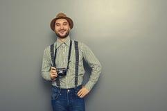 Hippie-Mann, der Retro- Kamera hält Lizenzfreies Stockfoto