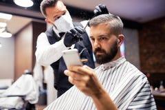 Hippie-Mannkundenbesuchs-haidresser und -Herrenfriseur im Friseursalon, selfie nehmend stockfoto