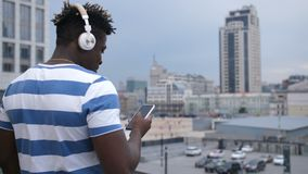 Hippie mit dem intelligenten Telefonplaudern on-line draußen stock footage