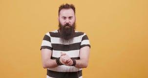 Hippie mit großem Bart hörend auf einen Schlag, langsam tanzen und lachen stock video