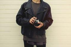 Hippie mit Retro- Fotokamera in den Händen Lizenzfreie Stockbilder