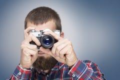 Hippie-Modefotografmann, der Retro- Kamera hält Lizenzfreie Stockfotos