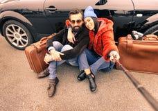 Hippie-Paare, die selfie mit Stock machen Stockbilder
