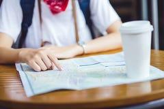 Hippie-Planungsurlaubsreise der jungen Frau mit Karte, Punkt auf MA Lizenzfreie Stockbilder