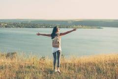 Hippie-Reisemädchen mit Rucksack lizenzfreies stockfoto