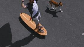 Hippie reitet longboard mit amerikanischer Flagge stock video