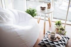 Hippie scandinave de style intérieur, pièce confortable de grenier photographie stock