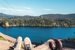 Hippie-Schuhe am Steinbruch schaukeln in Nord-Vancouver BC Kanada Stockfotografie