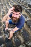 Hippie sur la détente gaie de visage extérieure Équipez avoir le repos, appréciez la fraîcheur après pluie Macho avec la barbe et images stock