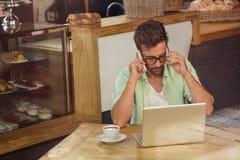 Hippie am Telefon allein Lizenzfreie Stockfotos