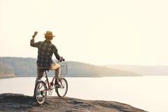 Hippie un homme avec la bicyclette en nature Photographie stock