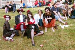 Hippie-Zombies entspannen sich und trinken Bier nach Halloween-Parade Stockbilder