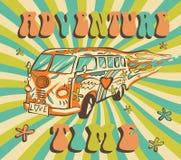 Hippieauto, minibestelwagen op stralenachtergrond De vectoraffiche van de avonturentijd Psychedelisch Concept Stock Afbeelding