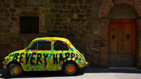 Hippieauto in Montalcino no.1 Lizenzfreie Stockfotos