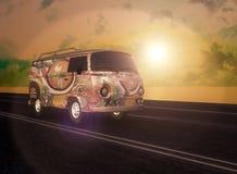 Hippiebestelwagen op de Weg Royalty-vrije Stock Foto's