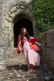 Hippiedame lachen, die op oude stappen in Engels kasteel stellen royalty-vrije stock foto's