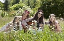 Hippiefamilie draußen Lizenzfreie Stockfotografie