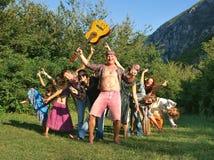 Hippiefamilien mit Gitarre Stockbilder