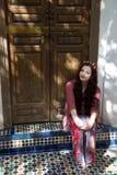 Hippieflicka i en dörröppning royaltyfri bild