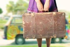 Hippieflicka med den gamla resväskan Royaltyfri Bild