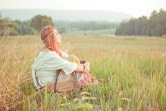Hippieflicka på det guld- fältet Arkivfoton