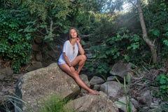 Hippiefrau auf dem Wald Stockfotografie
