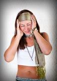 Hippiefrau mit schrecklichen Kopfschmerzen lizenzfreie stockfotos